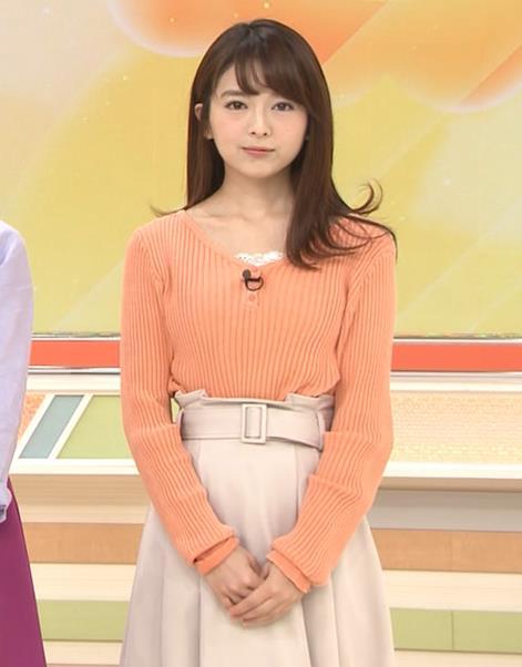 福田成美アナ 胸元がなんかエロいニットキャプ・エロ画像