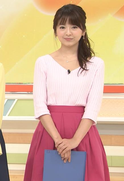 福田成美 胸元が開き気味のVネックニットキャプ・エロ画像3