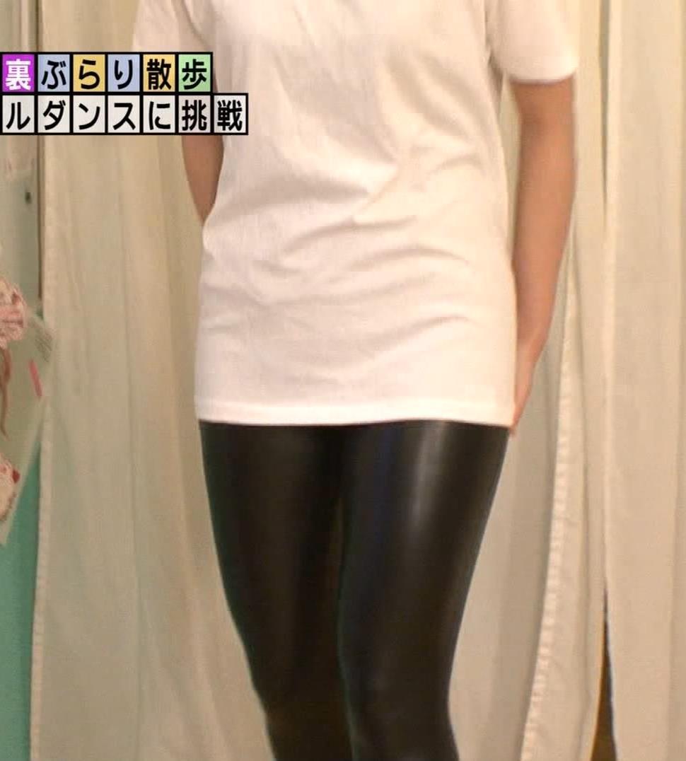 アナ ポールダンスでエロ衣装を着させられる【エロ要員/モヤさま】キャプ・エロ画像5