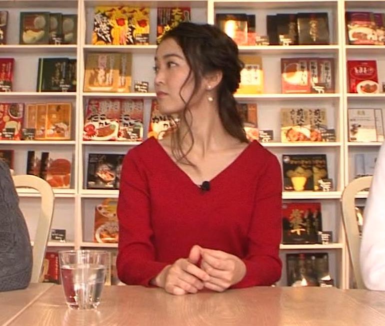 福田典子アナ 前かがみで胸元チラリキャプ・エロ画像2