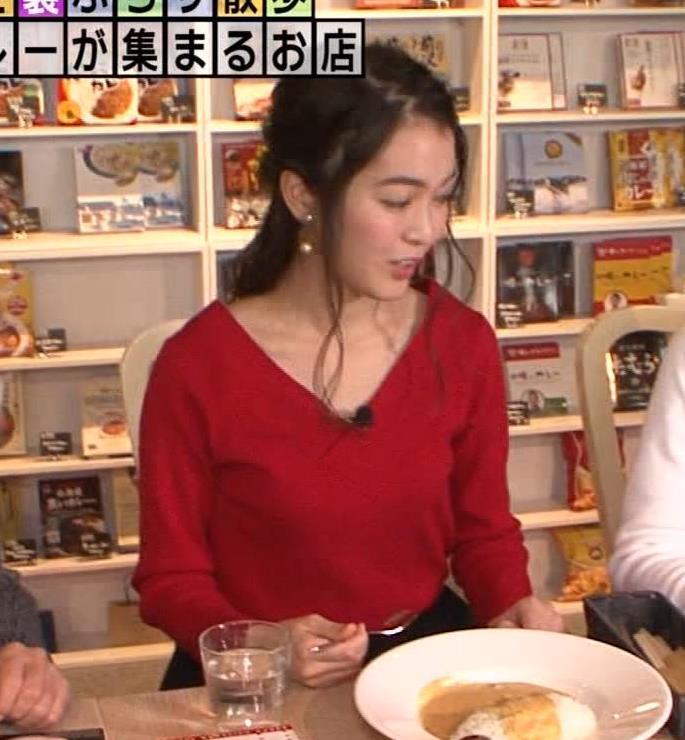 福田典子アナ 前かがみで胸元チラリキャプ・エロ画像3