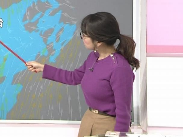 福岡良子 緩めでも目立つニット横乳キャプ・エロ画像