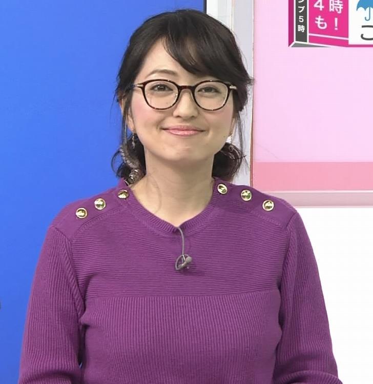 福岡良子 緩めでも目立つニット横乳キャプ・エロ画像2
