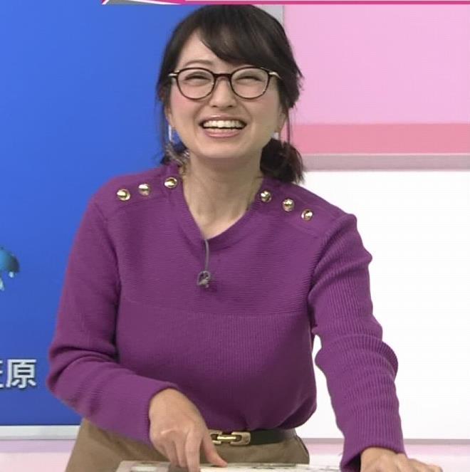 福岡良子 緩めでも目立つニット横乳キャプ・エロ画像3