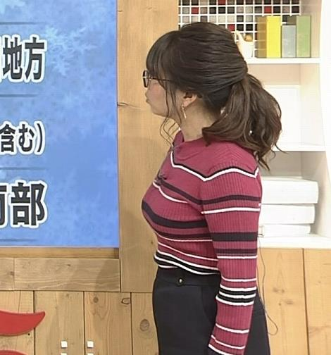 福岡良子 ボーダー柄のニットはさらに巨乳が目立つキャプ・エロ画像