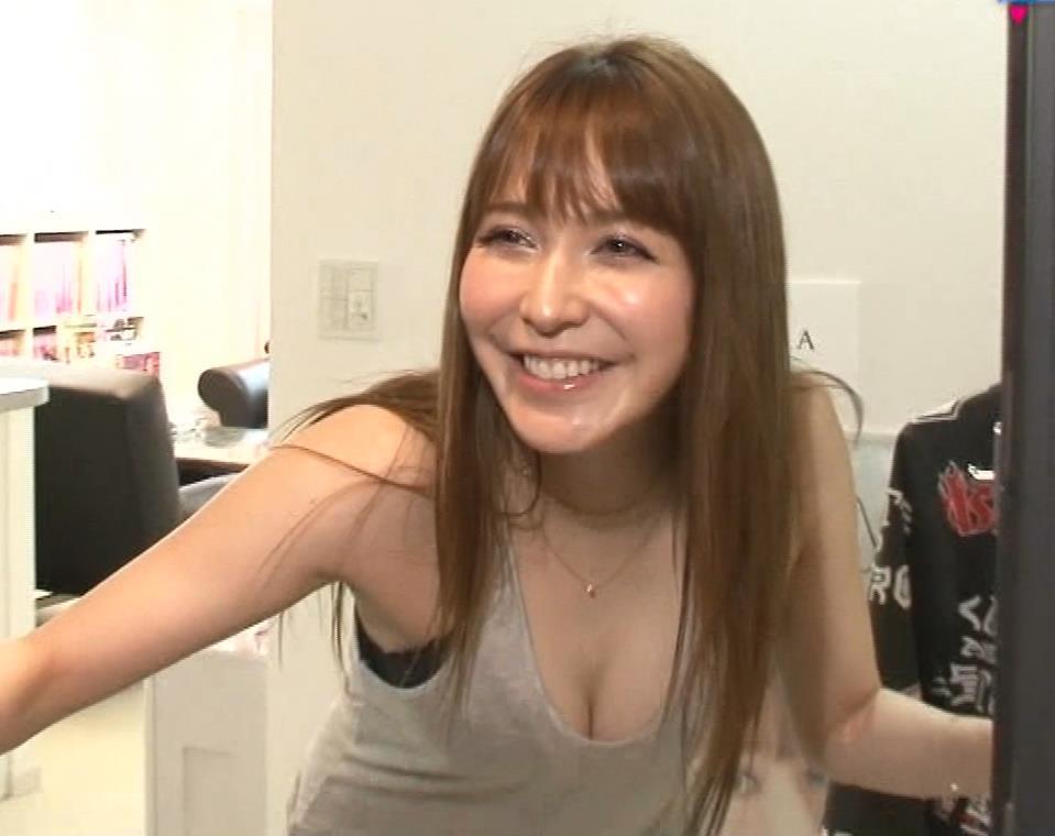 藤井リナ 久しぶりのTVでおっぱい見せまくりキャプ・エロ画像3