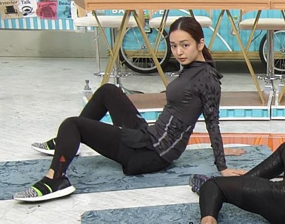 後藤晴菜アナ もはやエロ目的で見てる人の方が多そうなエクササイズコーナーキャプ・エロ画像2