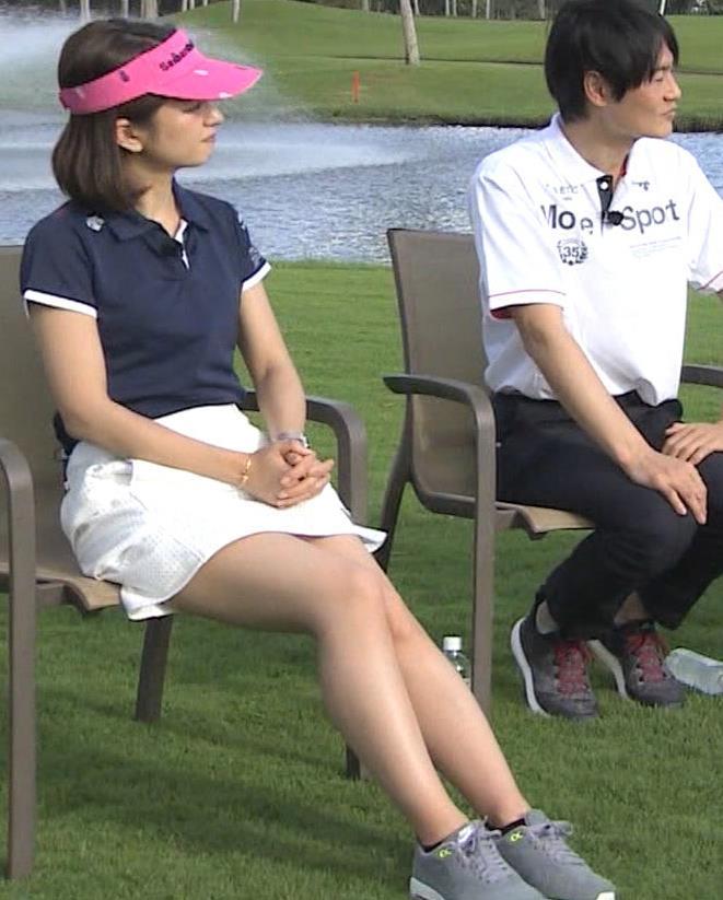 後藤晴菜 ミニスカゴルフウェアで座って太もも生足があらわに!キャプ・エロ画像