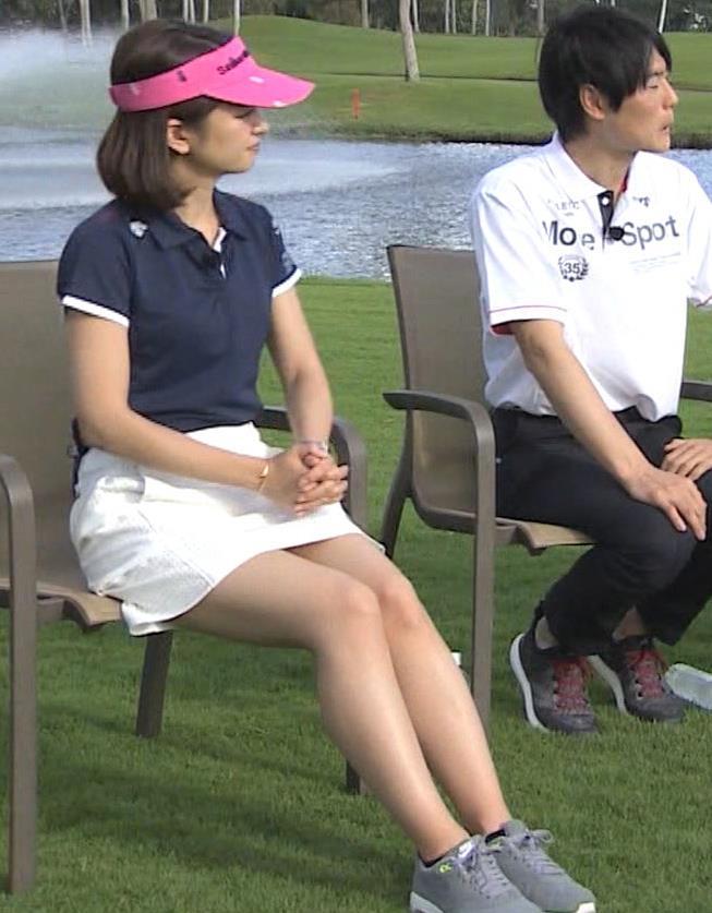 後藤晴菜 ミニスカゴルフウェアで座って太もも生足があらわに!キャプ・エロ画像2