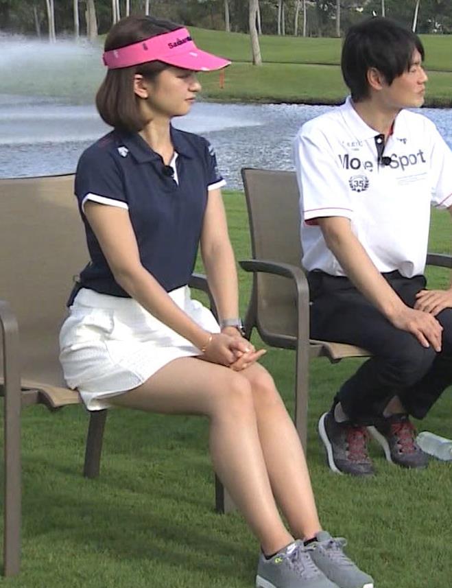 後藤晴菜 ミニスカゴルフウェアで座って太もも生足があらわに!キャプ・エロ画像3
