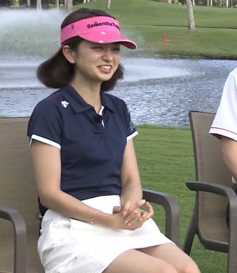 後藤晴菜 ミニスカゴルフウェアで座って太もも生足があらわに!キャプ・エロ画像4