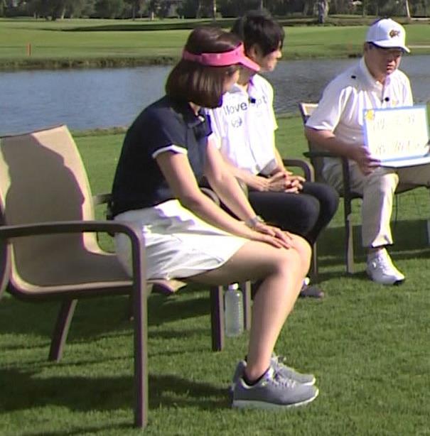後藤晴菜 ミニスカゴルフウェアで座って太もも生足があらわに!キャプ・エロ画像7