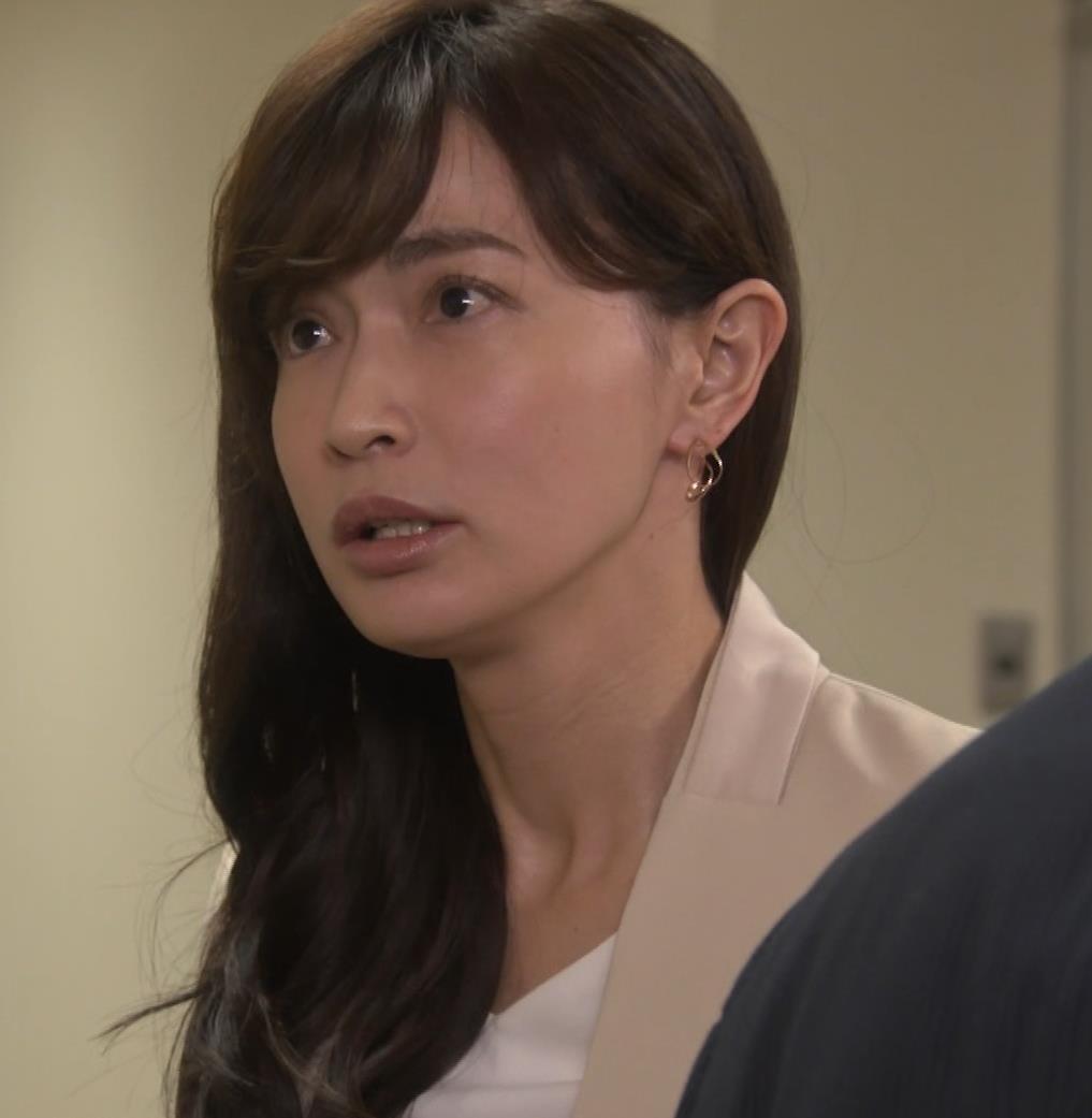長谷川京子 ちょっとおっぱいがエロい服キャプ・エロ画像11
