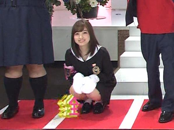橋本環奈 ミニスカ太ももがしゃがんで…。キャプ・エロ画像11