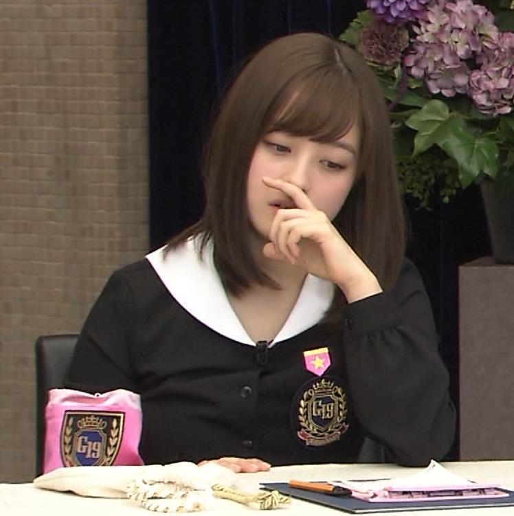 橋本環奈 ミニスカ太ももがしゃがんで…。キャプ・エロ画像14