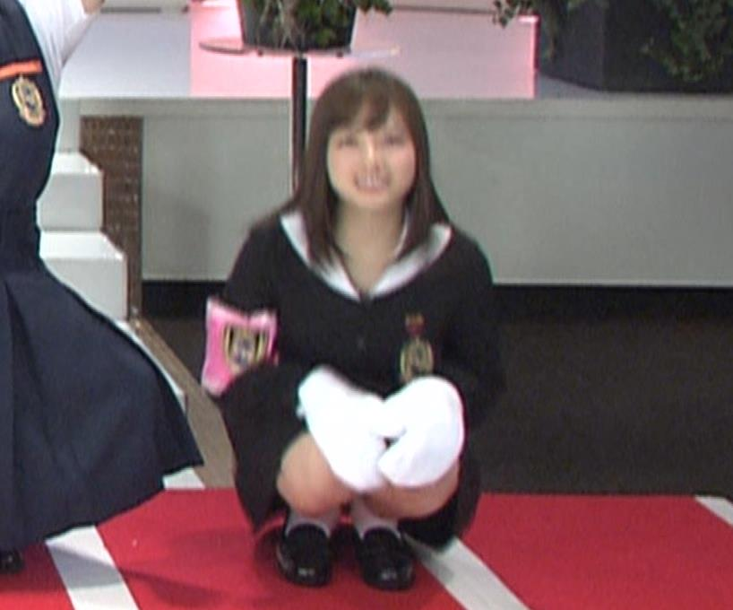 橋本環奈 ミニスカ太ももがしゃがんで…。キャプ・エロ画像5