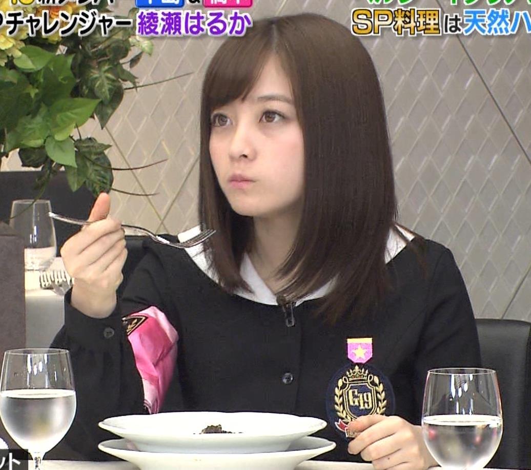 橋本環奈 ミニスカ太ももがしゃがんで…。キャプ・エロ画像7