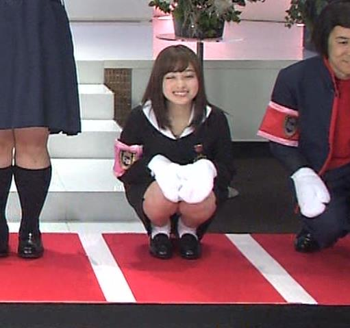 橋本環奈 ミニスカ太ももがしゃがんで…。キャプ・エロ画像8