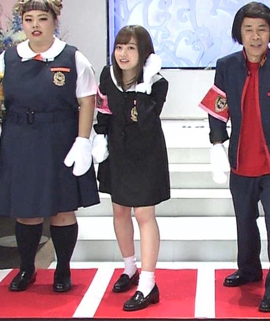 橋本環奈 ミニスカ太ももがしゃがんで…キャプ・エロ画像9