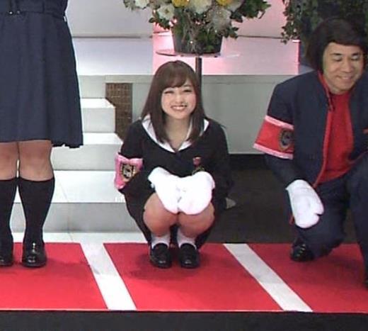 橋本環奈 ミニスカ太ももがしゃがんで…。銀歯も見えた。キャプ画像(エロ・アイコラ画像)