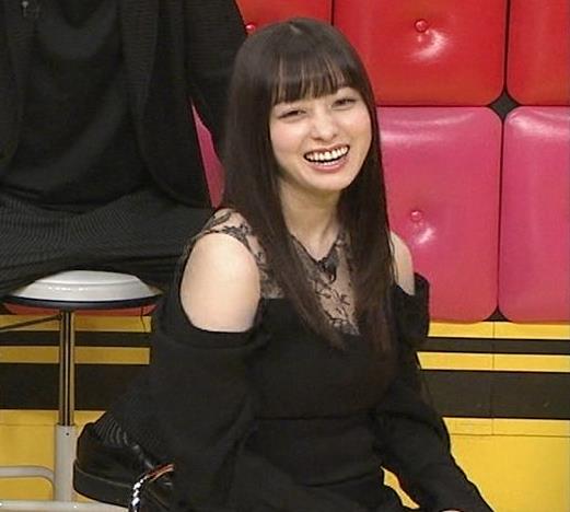 橋本環奈 透け透け肩出し衣装キャプ・エロ画像6