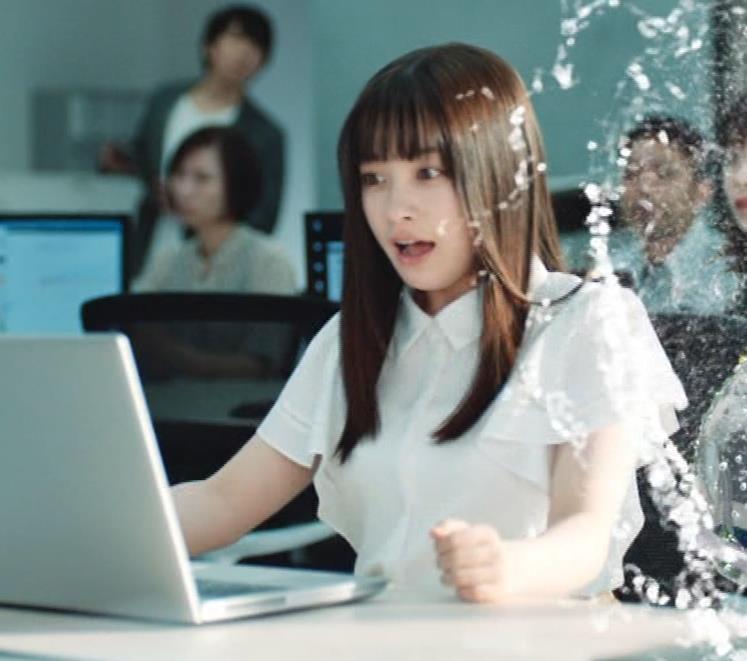 橋本環奈 巨乳がクッキリしちゃったCMキャプ・エロ画像11