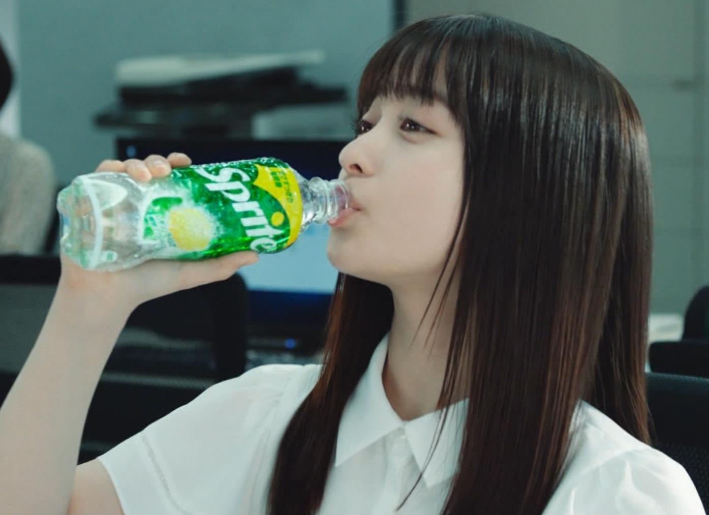 橋本環奈 巨乳がクッキリしちゃったCMキャプ・エロ画像3