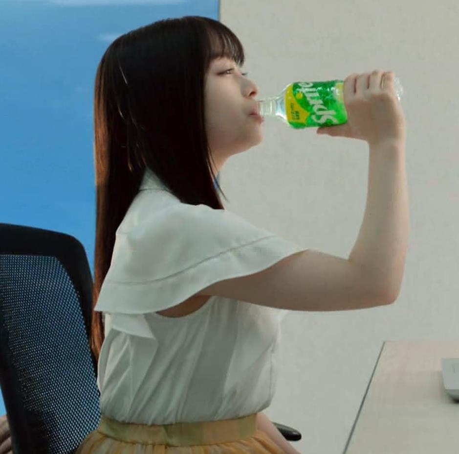 橋本環奈 巨乳がクッキリしちゃったCMキャプ・エロ画像4