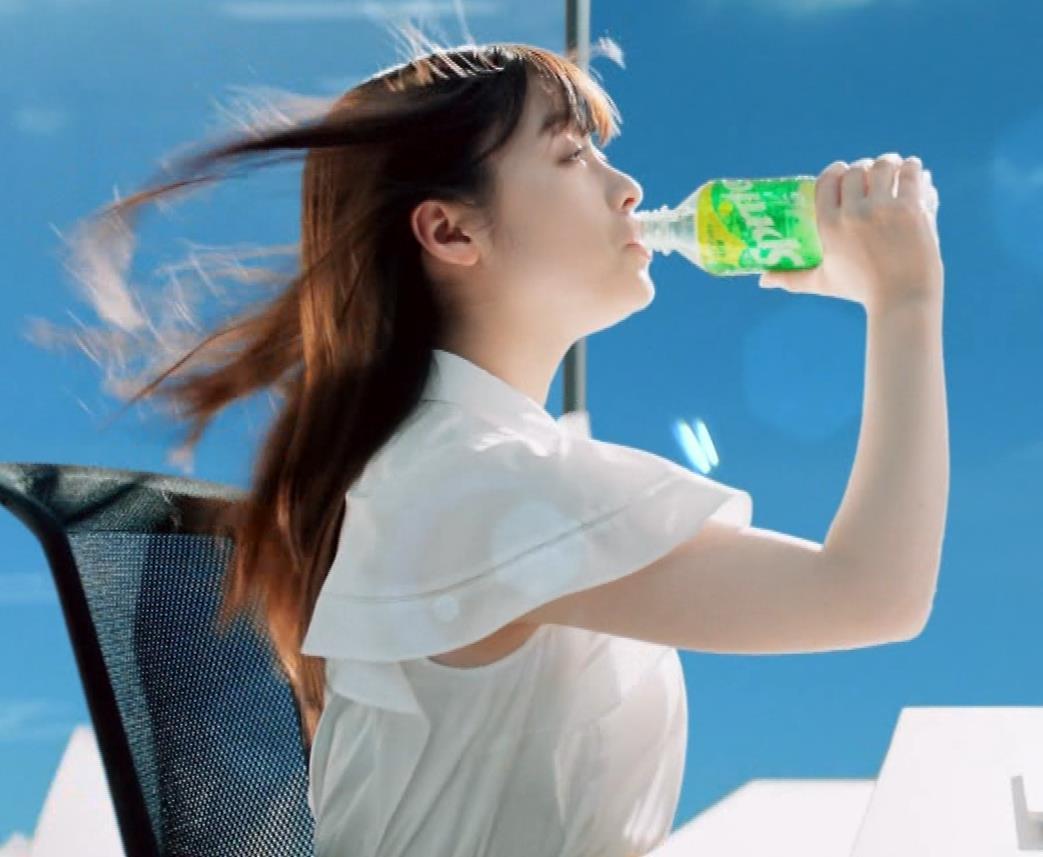 橋本環奈 巨乳がクッキリしちゃったCMキャプ・エロ画像5