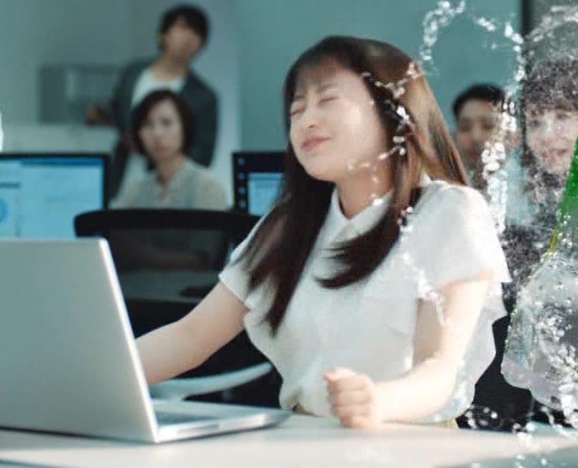 橋本環奈 巨乳がクッキリしちゃったCMキャプ・エロ画像10