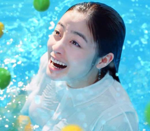 橋本環奈 巨乳がクッキリしちゃったCMキャプ画像(エロ・アイコラ画像)