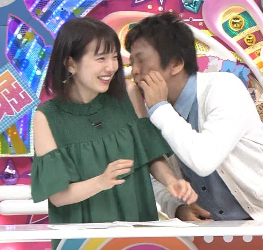 弘中綾香アナ ホリケンに露出した肩にキスされる(セクハラ)キャプ・エロ画像