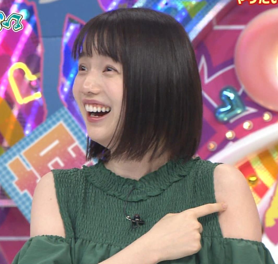 弘中綾香アナ ホリケンに露出した肩にキスされる(セクハラ)キャプ・エロ画像2