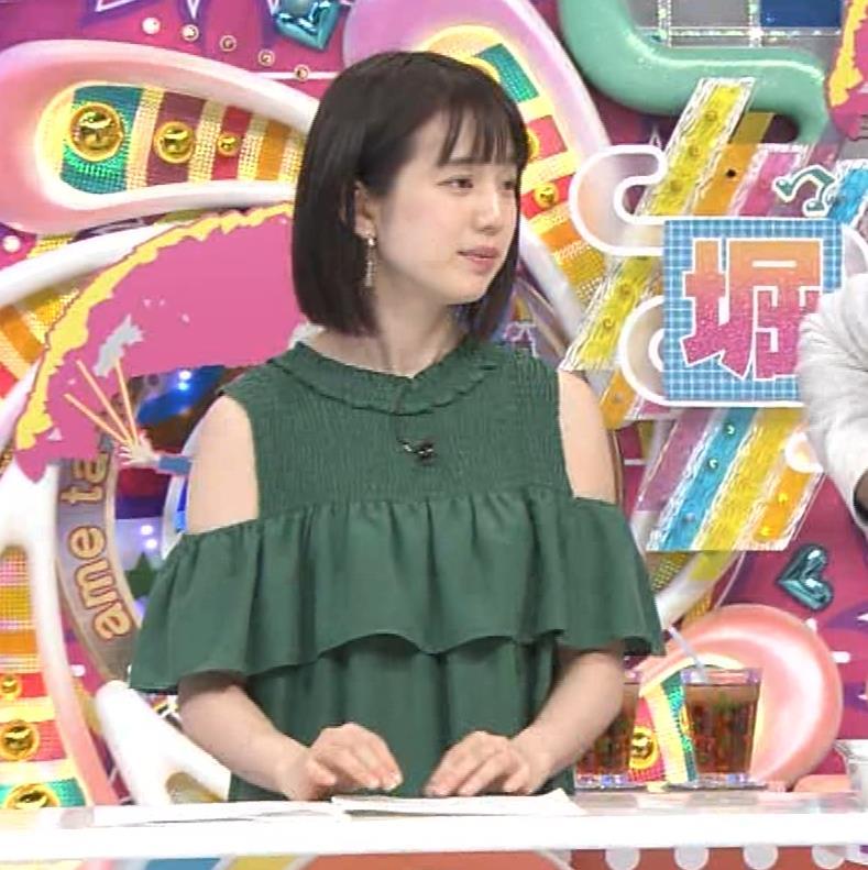 弘中綾香アナ ホリケンに露出した肩にキスされる(セクハラ)キャプ・エロ画像11
