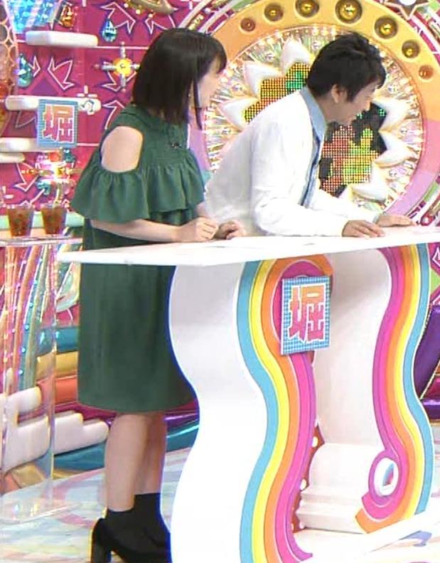 弘中綾香アナ ホリケンに露出した肩にキスされる(セクハラ)キャプ・エロ画像5