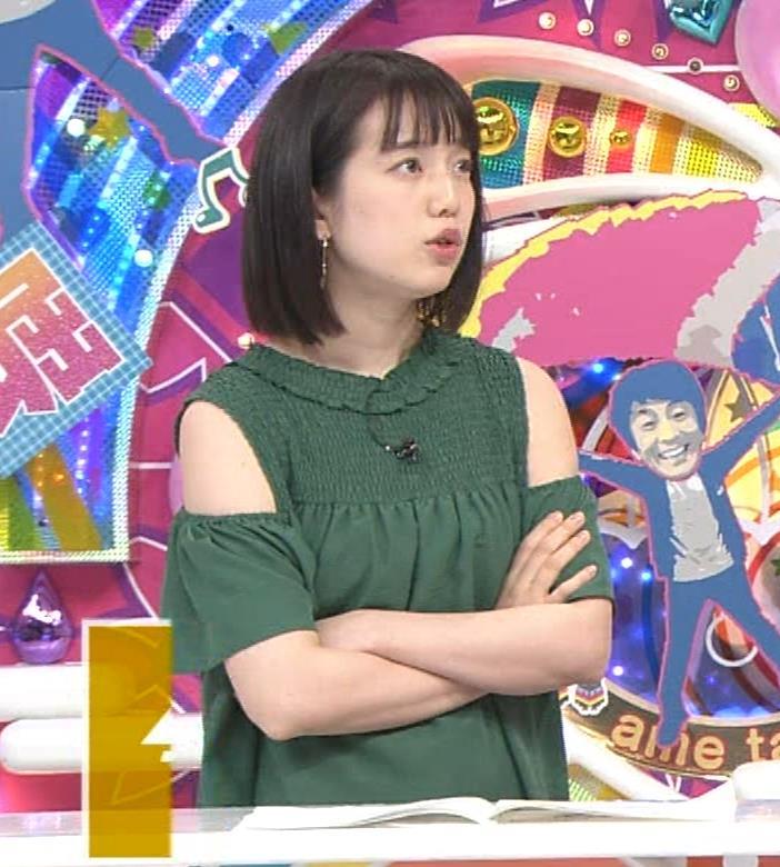 弘中綾香アナ ホリケンに露出した肩にキスされる(セクハラ)キャプ・エロ画像6