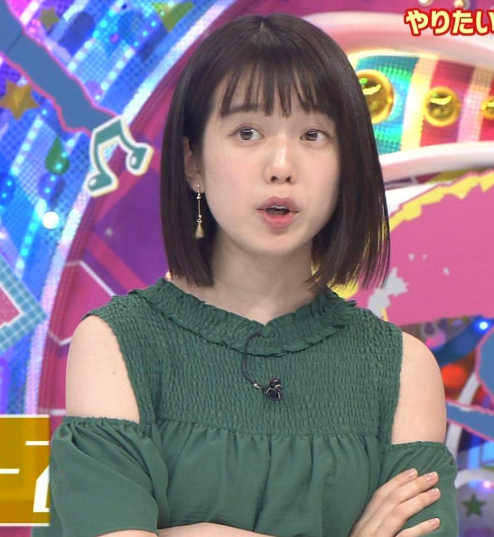 弘中綾香アナ ホリケンに露出した肩にキスされる(セクハラ)キャプ・エロ画像7