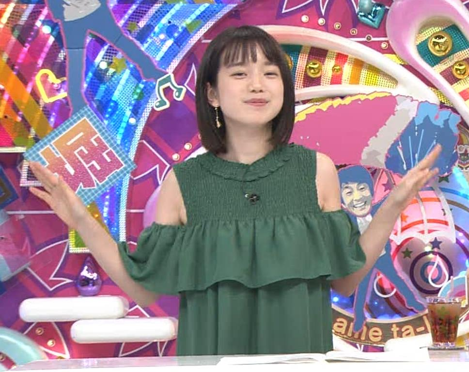 弘中綾香アナ ホリケンに露出した肩にキスされる(セクハラ)キャプ・エロ画像9