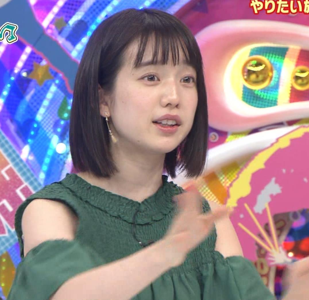 弘中綾香アナ ホリケンに露出した肩にキスされる(セクハラ)キャプ・エロ画像10