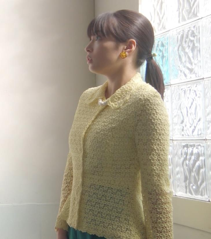 広瀬すず ピチピチな衣装で乳が思いのほかデカかったことが分かったキャプ・エロ画像7