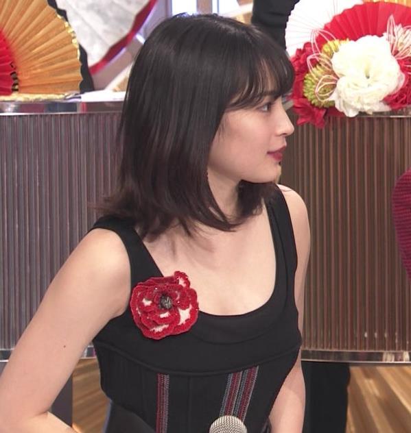 広瀬すず エロい衣装が話題になった紅白歌合戦キャプ・エロ画像3