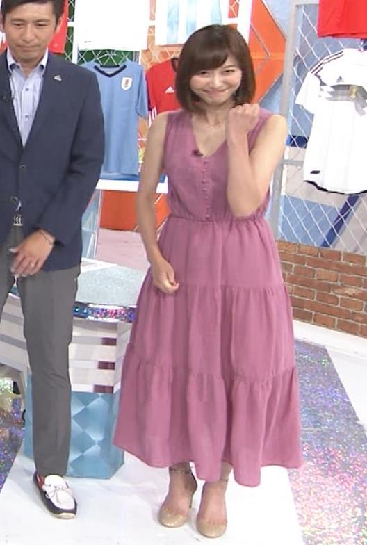 久冨慶子アナ 肌がけっこう露出したワンピースキャプ・エロ画像