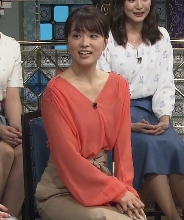 本田朋子アナ 脚を開いたらスカートの中が見えた!GIF動画 さんま御殿キャプ・エロ画像2