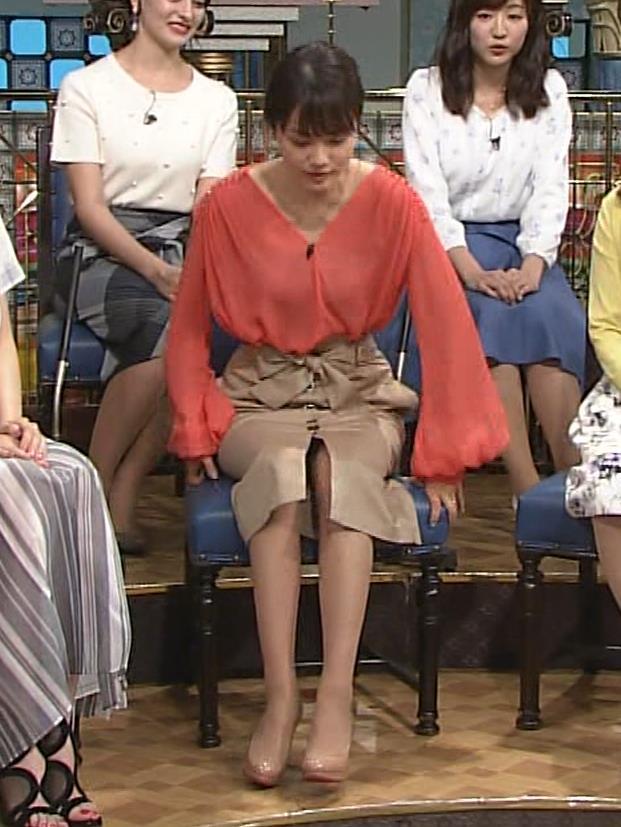 本田朋子アナ 脚を開いたらスカートの中が見えた!GIF動画 さんま御殿キャプ・エロ画像4