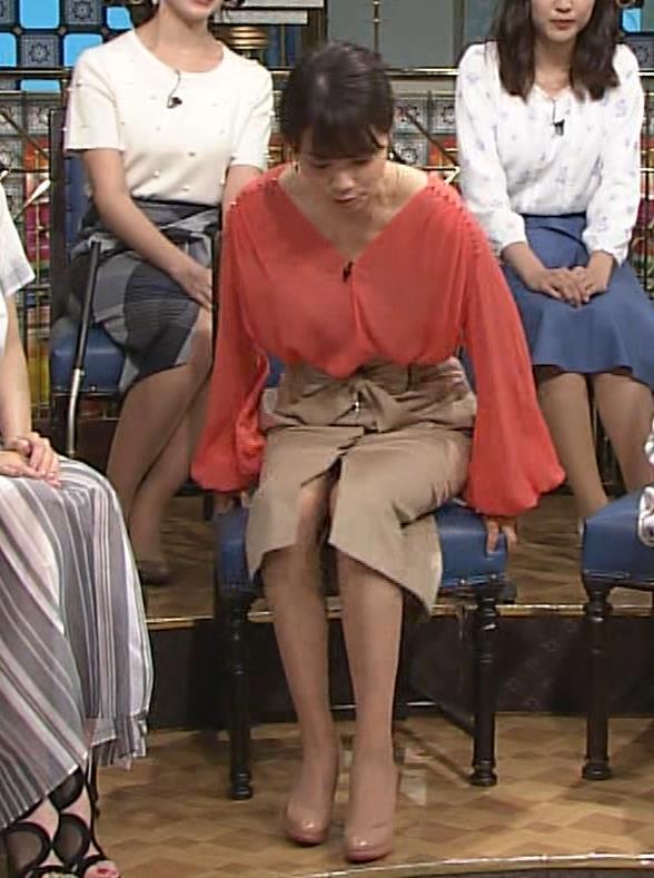 本田朋子アナ 脚を開いたらスカートの中が見えた!GIF動画 さんま御殿キャプ・エロ画像5