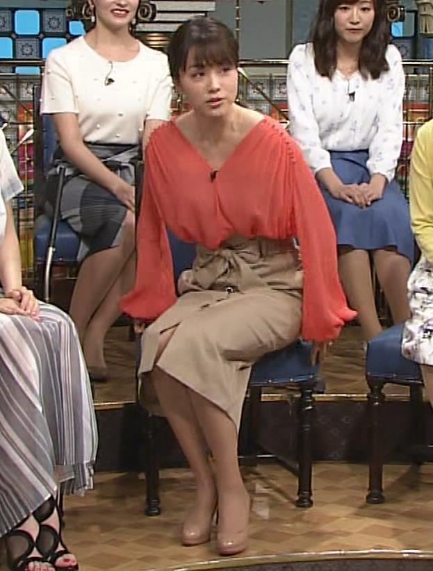 本田朋子アナ 脚を開いたらスカートの中が見えた!GIF動画 さんま御殿キャプ・エロ画像6