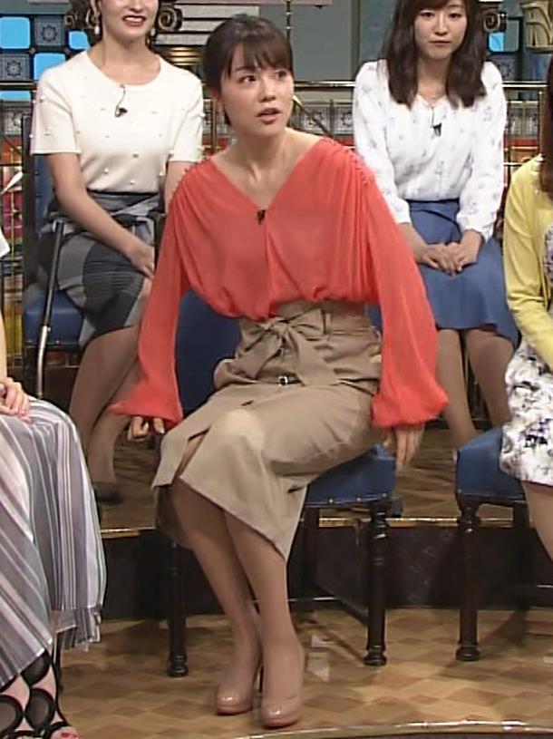本田朋子アナ 脚を開いたらスカートの中が見えた!GIF動画 さんま御殿キャプ・エロ画像7