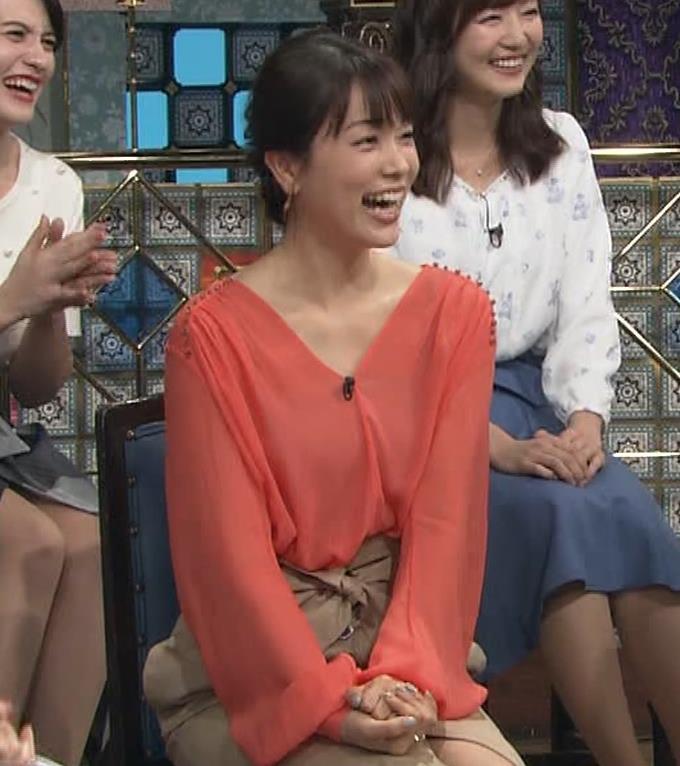 本田朋子アナ 脚を開いたらスカートの中が見えた!GIF動画 さんま御殿キャプ・エロ画像9