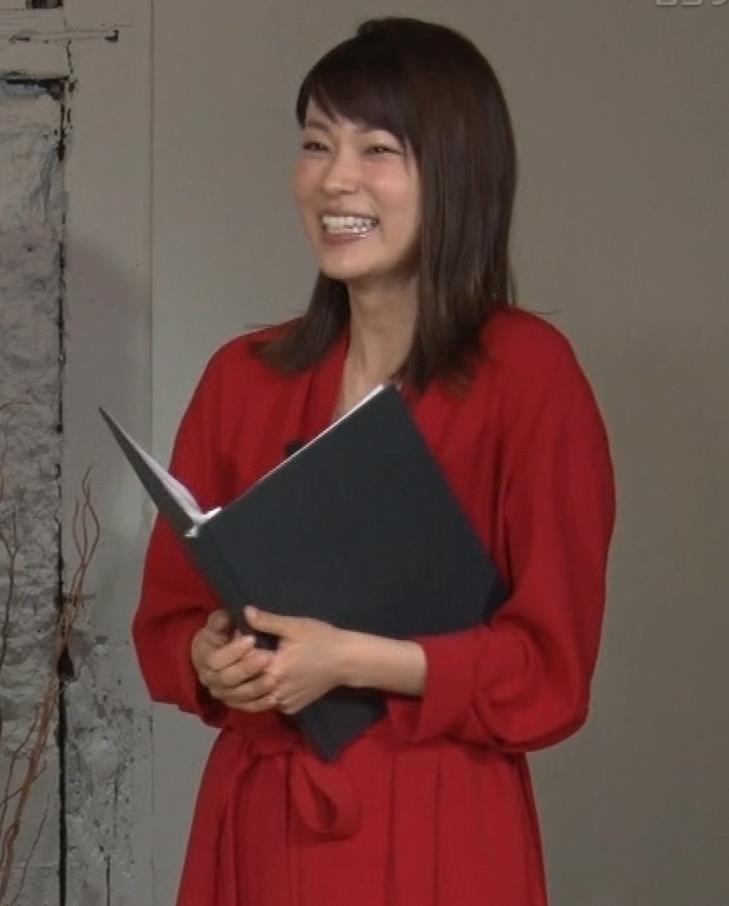 本田朋子アナ ちょっと胸元が開いてるキャプ・エロ画像2