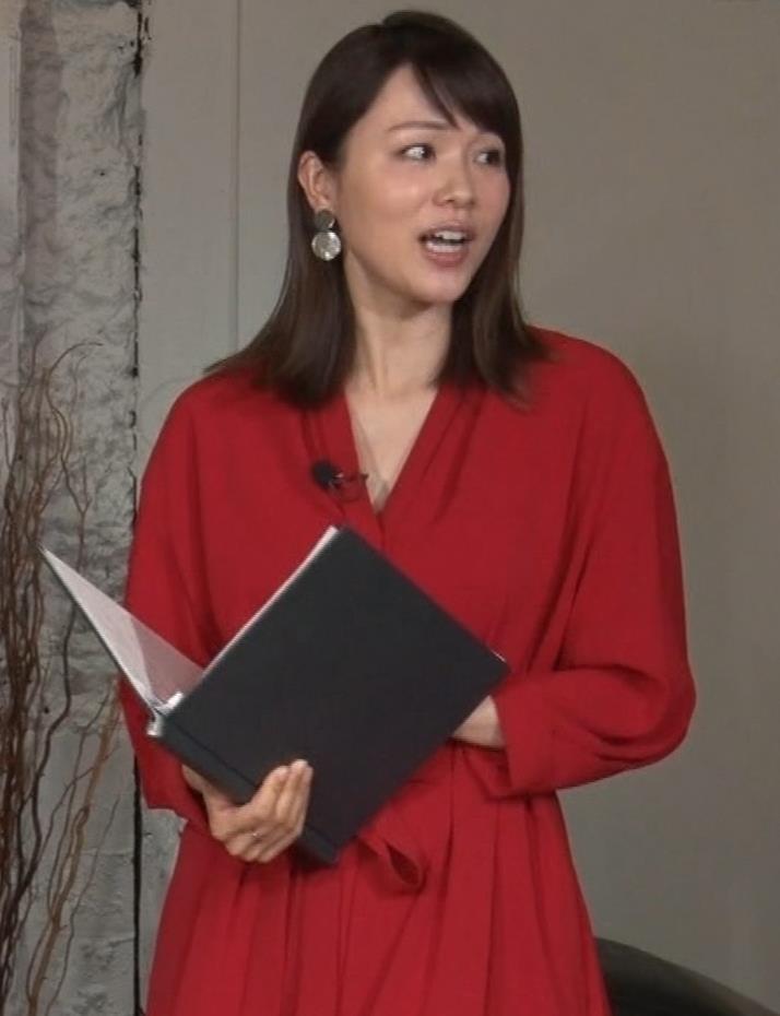 本田朋子アナ ちょっと胸元が開いてるキャプ・エロ画像3
